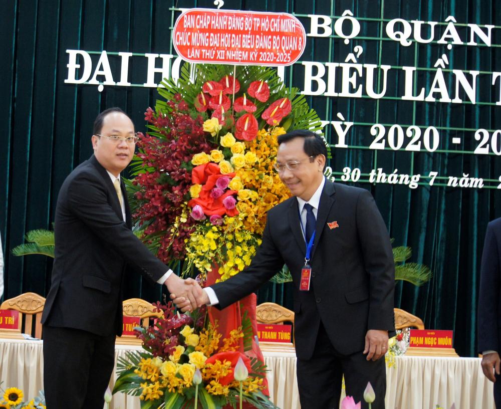 Ông Nguyễn Hồ Hải (trái) trao hoa chúc mừng Đại hội