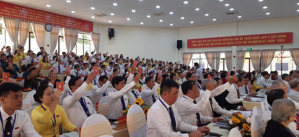 Các đại biểu tham gia biểu quyết tại Đại hội