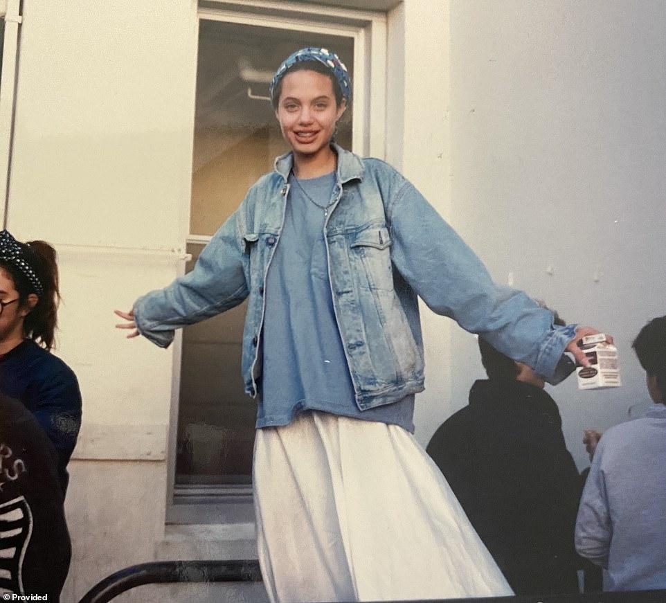 Angelina Jolie năm 14 tuổi sở hữu ngoại hình xinh xắn, ăn mặc phong cách.