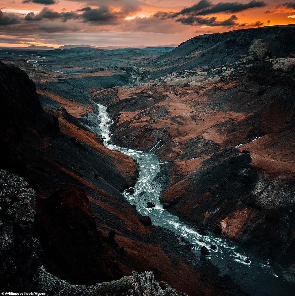 """Nhiếp ảnh gia người Ý Filippo Bellisola đã chụp khoảnh khắc tại thác Haifoss, Iceland. Anh giải thích: 'Đó là ngày đầu tiên của tôi ở Iceland. Lúc này tôi mới thấy trái đất của chúng ta đáng kinh ngạc đến mức nào và có rất nhiều địa điểm đẹp khác mà tôi thấy trong chuyến đi này."""""""