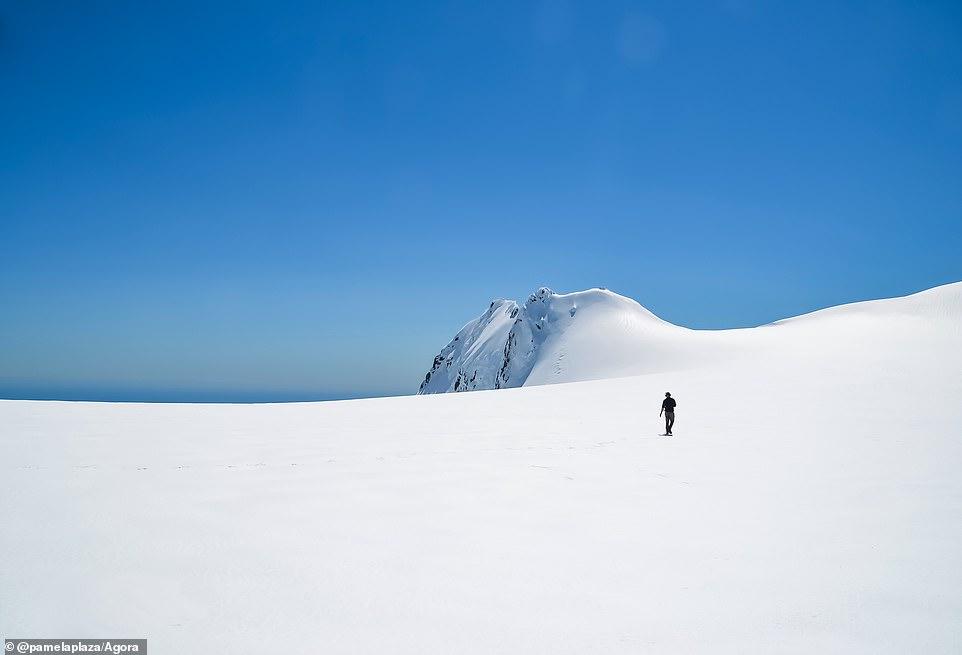 """Pamela Plaza, đến từ Mexico, là nhiếp ảnh gia thực hiên bức hình đáng kinh ngạc này về sông băng Tutoko ở New Zealand. Cô nói: 'Hình ảnh cô độc giữa khung cảnh rộng lớn và hùng vĩ, tượng trưng cho việc con người chúng ta quan trọng như thế nào trên hành tinh này. Tuy nhiên, chúng ta cũng có ảnh hưởng đến sự sống còn của nó (thiên nhiên)."""""""