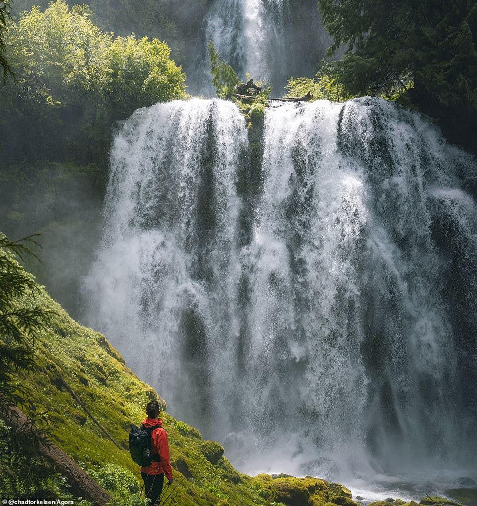 """Nhiếp ảnh gia người Mỹ Chad Torkelsen tình cờ gặp thác nước khi đi bộ ở trung tâm tiểu bang Oregon và ngay lập tức lấy máy ảnh lưu giữ khoảng khắc. Ông giải thích: """"Sau khi đi đường dài, chúng tôi đã nhìn thấy thác nước """"quái vật"""" này, một trong những địa điểm đẹp nhất mà tôi từng thấy ở Oregon."""