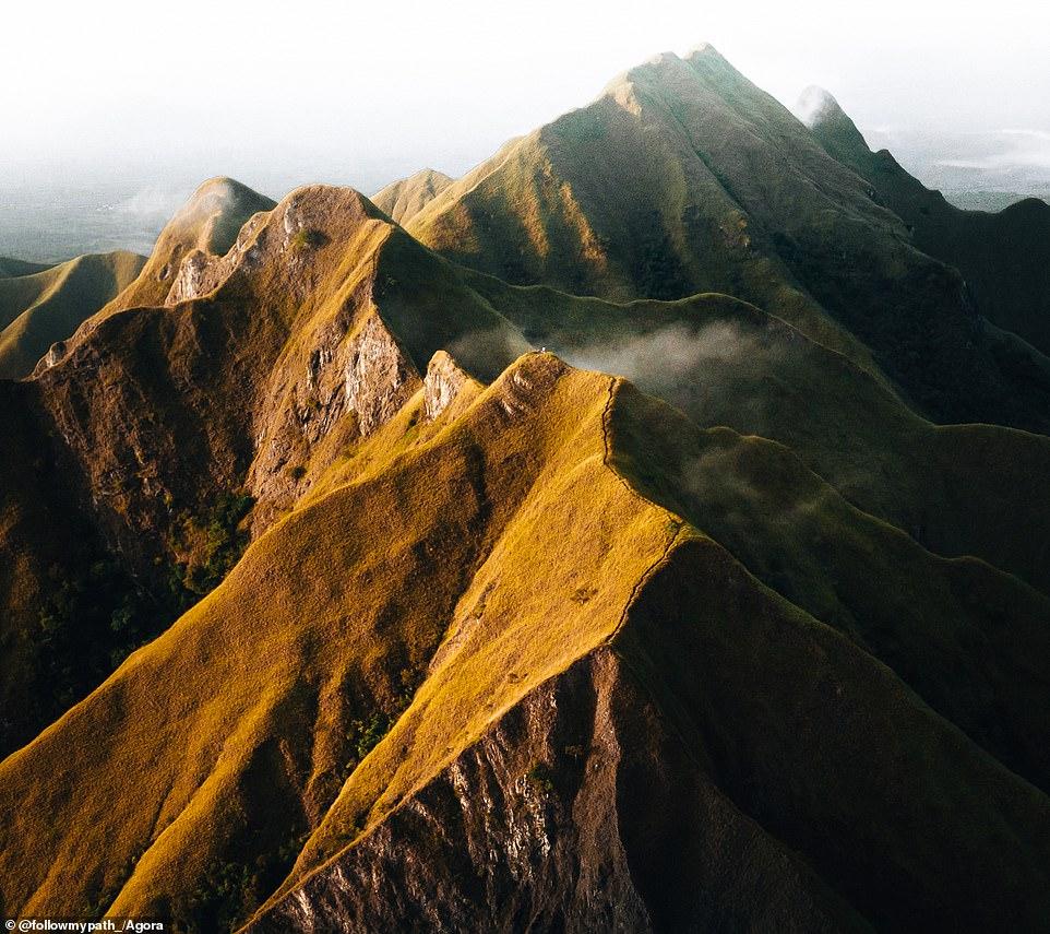 """Cảnh mặt trời mọc tràn đầy sức sóng trên Los Picachos de Ola, Panama được chụp bởi một nhiếp ảnh gia người Pháp có tên là @followmypath. Anh giải thích: """"Phong cảnh bên ngoài thế giới này ... và chúng tôi cũng có một mặt trời mọc tuyệt vời vào ngày hôm đó."""""""