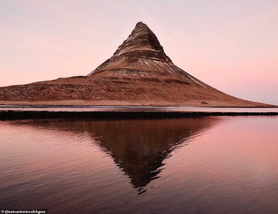 """Hình ảnh hoàng hôn từ ngọn núi Kirkjufell ở Iceland đã được chụp bởi nhiếp ảnh gia người Ý Samuele Miccoli. Ông nói: """"Tôi đang tìm kiếm cảnh hoàng hôn đẹp nhất và cuối cùng tôi đã tìm thấy nó ở Kirkjufell, ngọn núi biểu tượng tại Iceland. Tôi không có chân máy và tôi không thể giữ mấy lâu. Tôi đã cố gắng tìm góc đẹp nhất để tốt nhất để canh ánh sáng thích hợp""""."""