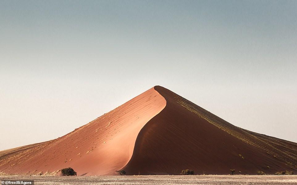 """Ilaria Ronchi, người Ý nhưng sống ở Hà Lan, đã chụp bức ảnh trên sa mạc Namib. Cô nói: 'Bức ảnh này thực sự quý giá đối với tôi. Tôi chỉ nhớ mình đã bị choáng ngợp khi thấy hình ảnh này."""""""