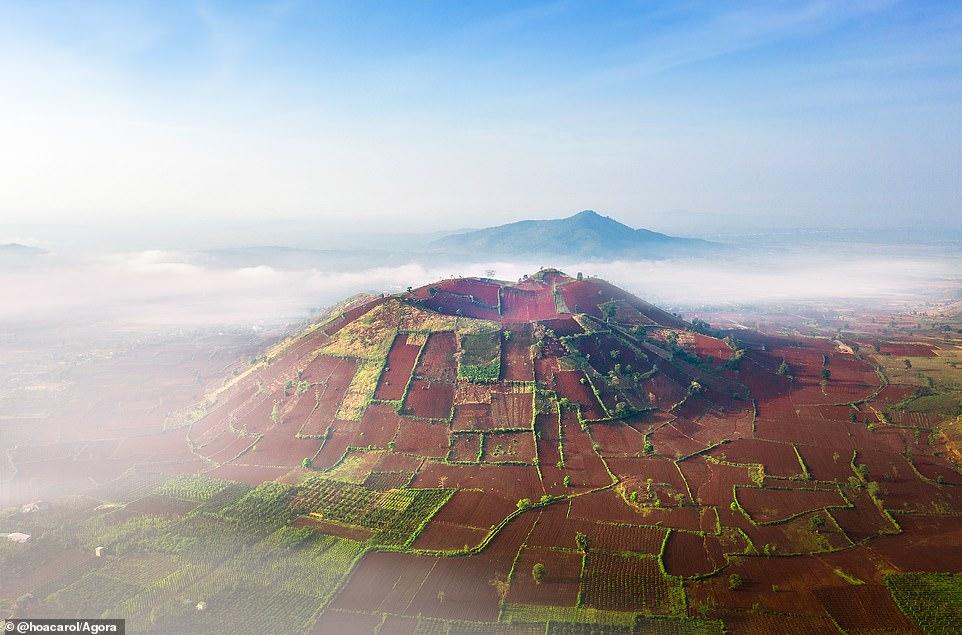 """Nhiếp ảnh gia Việt Nam Hòa Carol mang đến một bức ảnh tuyệt đẹp về núi lửa Chư Đăng Ya và hiện là vùng đất màu mỡ cho nông dân trồng trọt. Anh cho biết: """"Núi lửa này đã không còn hoạt động, Chư Đăng Ya giờ là một trong những điểm đến đẹp nhất ở Tây Nguyên, Việt Nam. Chư Đăng Ya là tên ngọn núi lửa đã từng hoạt động ở vùng đất Tây Nguyên cách đây hàng triệu năm. Theo tiếng đồng bào J'rai, Chư Đăng Ya có nghĩa là """"củ gừng dại"""", thuộc địa phận làng Ploi lagri, xã Chư Đăng Ya, huyện Chư Păh, tỉnh Gia Lai."""