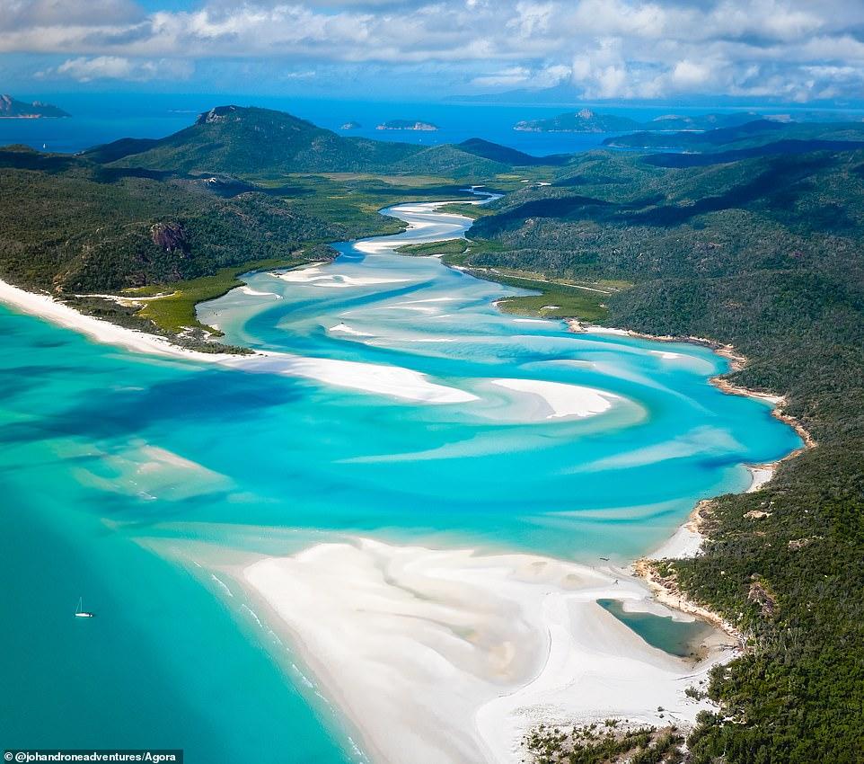 """Tấm hình chụp từ trên cao xuống quần đảo Whitsunday, ở Úc do nhiếp ảnh gia người Bỉ Johan Vandenhecke ghi lại. Anh nói: 'Nơi này thật tươi đepk! Chúng tôi chỉ có thể đến đây bằng thuyền, vì vậy chúng tôi ngủ trên thuyền ở một vịnh lân cận để đến nơi này vào buổi sáng ."""""""