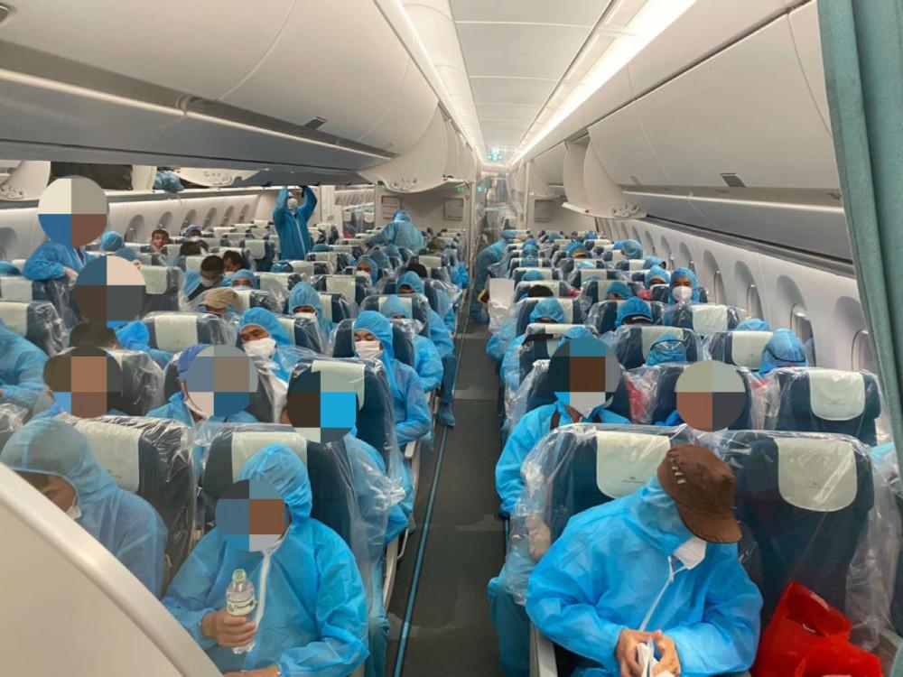 Các công dân trên chuyến bay từ Guinea Xích Đạo về nước (ảnh Vietnam Airlines cung cấp)