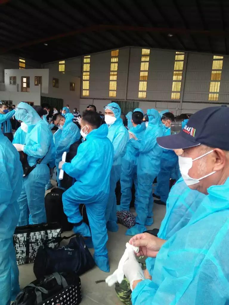 Các công nhân đang chờ lên máy bay ở Guinea Xích đạo