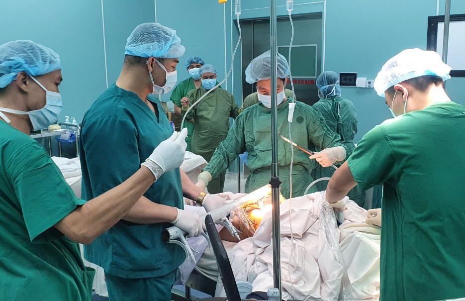 Bác sĩ đã cưa luôn hàng rào sắt, đưa anh T. đến Bệnh viện Quân y 175 cấp cứu, ảnh Văn Chính.