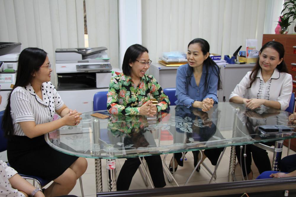 Bà Hàng Thị Thu Nga - Trưởng ban Tuyên giáo Đảng ủy Khối Dân Chính Đảng TP (áo hoa) tiếp đoàn cán bộ Thành Hội.
