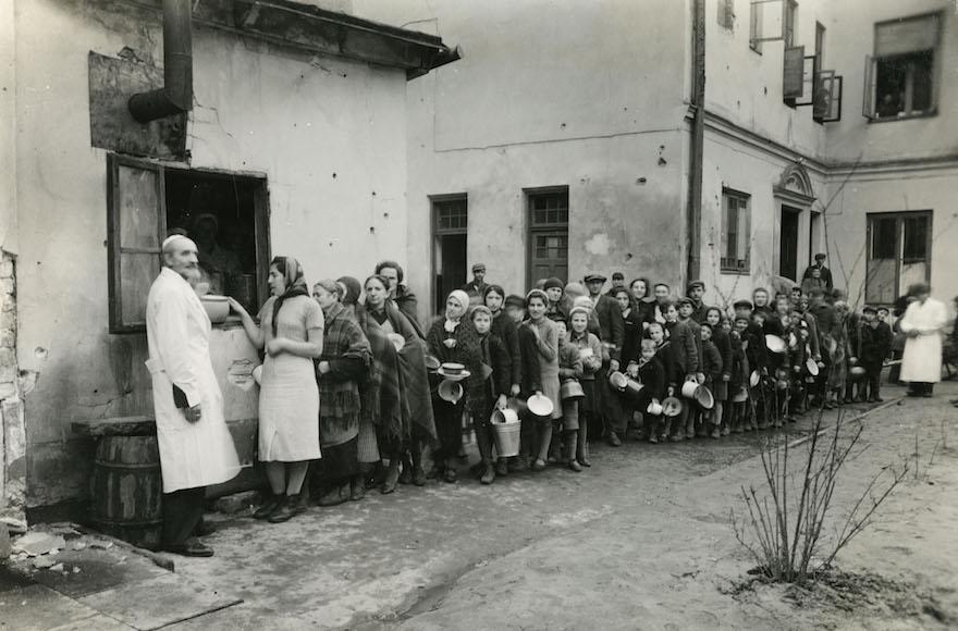 Các tù nhân tại khu ổ chuột đứng chờ nhận thức ăn. Việc giao tiếp bằng tay này là một trong những phương thức đã làm dịch bệnh lây lan nhanh chóng.