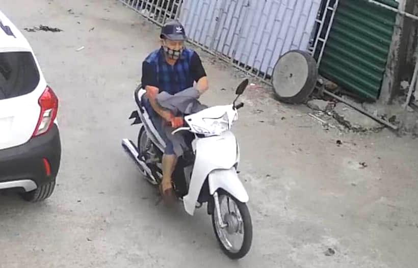 Cường chạy xe máy rời khỏi hiện trường sau khi gây án