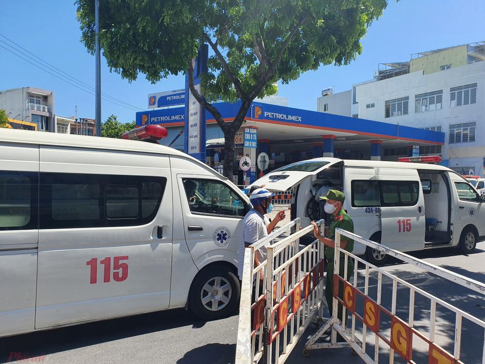 Lực lượng chức năng tầm soát COVID-19 tại Đà Nẵng, ảnh Lê Đình Dũng.