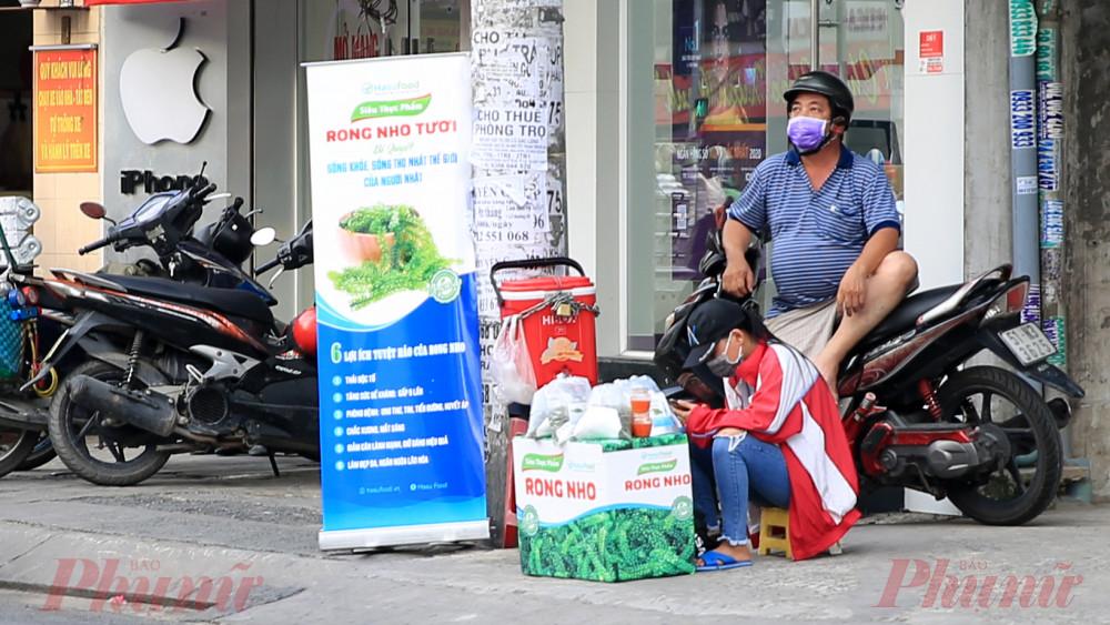 Rong nho được bán trên đường Phan Huy Ích quận 12, thành phố Hồ Chí Minh.