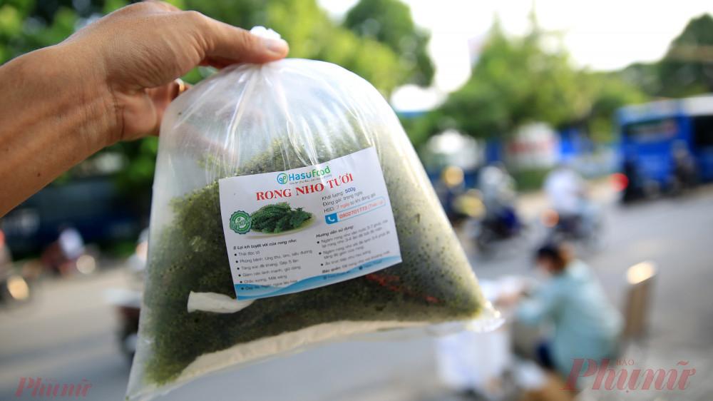 Rong nho tươi đựng trong túi nilon được bán với giá 75 ngàn đồng nửa ký.