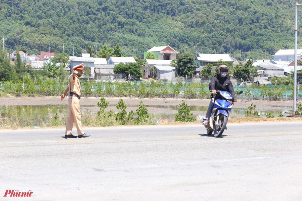 Bất chập việc cấm người, phương tiện từ Đà Nẵng đi Huế thế nhưng nhiều người  ở các tỉnh Thừa Thiên Huế, Quảng Trị, Quảng Bình vẫn vượt đèo Hải Vân để trở về quê