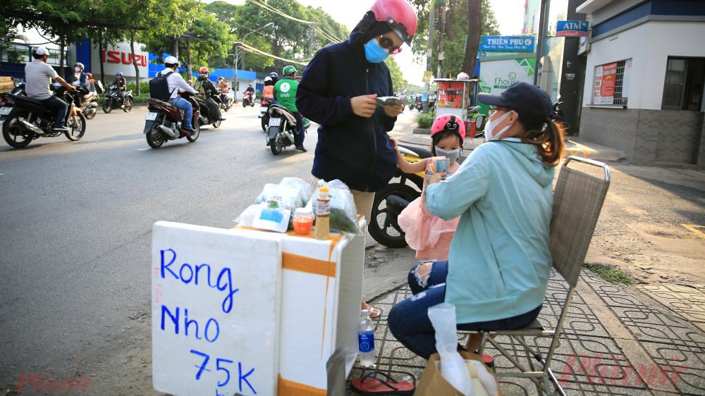 Khách mua rong nho trên đường Quang Trung, quận Gò Vấp, thành phố Hồ Chí Minh chiều 29/7.
