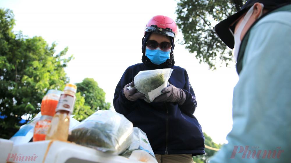 Theo Thảo Ly người bán cho biết rong nho này được đưa từ Phan Rang vô.