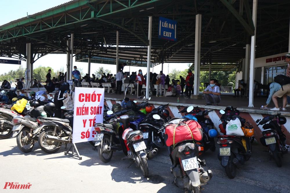 Có mặt tại Chốt kiểm sốt số 5 đặt ở khu vực nhà chờ xe qua hầm Hải Vân ở thị trấn Lăng Cô ( Thừa Thiên - Huế)  vào trưa 29/7 phóng viên nhận thấy số lượng người đổ về mỗi lúc một đông