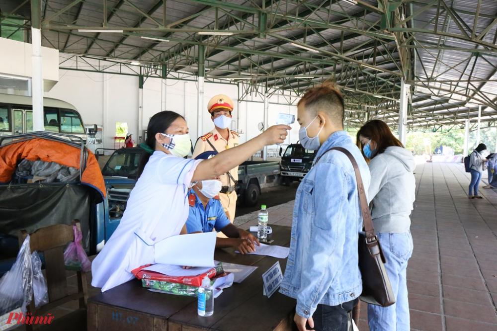Bác sĩ Phạm Văn Lợi, Trưởng trạm Y tế thị trấn Lăng Cô (huyện Phú Lộc), phụ trách trạm kiểm soát y tế số 5 đóng tại huyện Phú Lộc cho biết, chỉ tính trong ngày 27 và 28/7, số người đi xe máy từ TP Đà Nẵng ra Thừa Thiên Huế hơn 5.000 lượt người