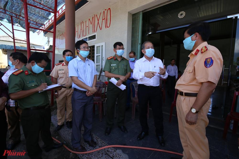 Chủ tịch UBND tỉnh Thừa Thiên Huế Phan Ngọc Thọ kiểm tra chốt kiểm soát y tế ở huyện Phú Lộc và yêu cầu lực lượng chức năng thực hiện tốt nhiệm vụ để đảm bảo công tác phòng chống dịch COVID-19 đạt hiệu quả.