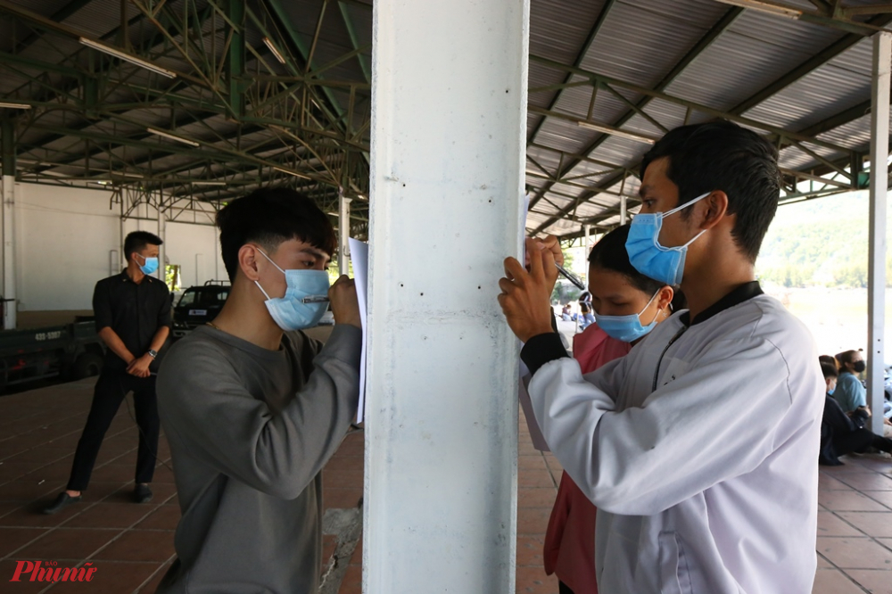 Thậm chí do số lượng đông người đến kê khai Y tế ở điểm chốt chặn phía dưới đèo Hải Vân nên nhiều bạn trẻ phải đứng dậy để kê khai y tế