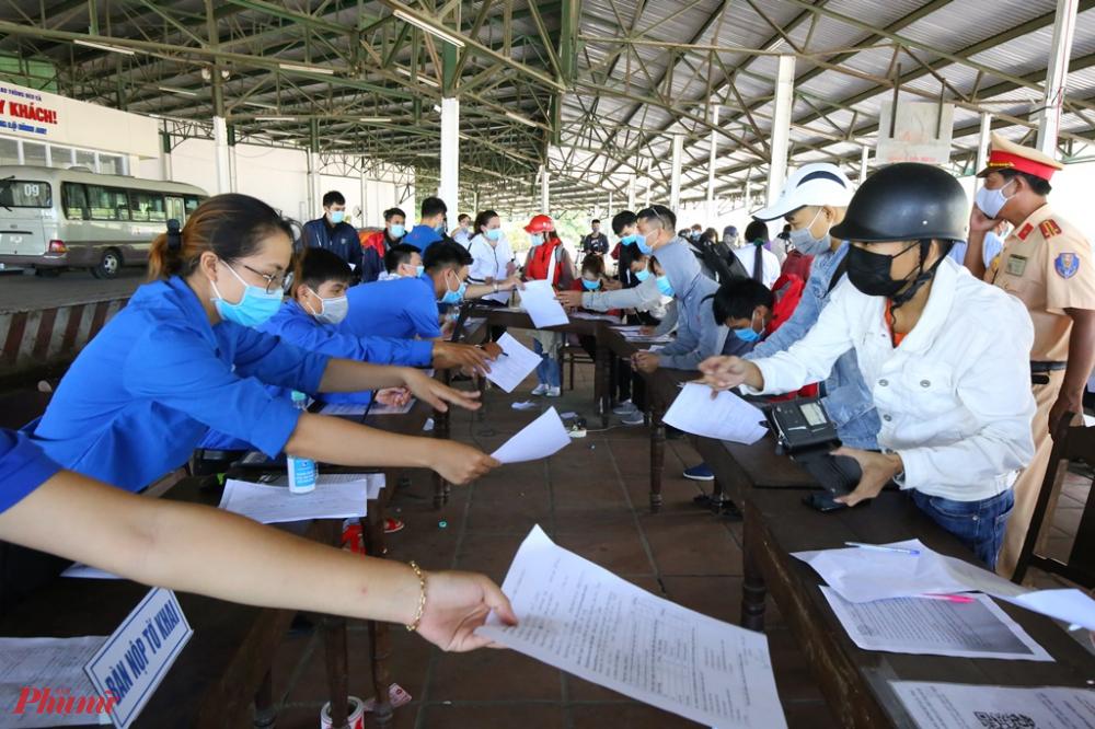 Đến 12 giờ trưa việc kê khai Y tế, kiểm soát thân nhiệt vẫn được cán bộ thanh niên tình nguyện và các lực lượng chức năng gồm cán bộ Y tế, công an được thực hiện rất khẩn trương