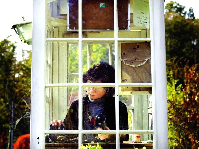 Bên trong buồng điện thoại, những nỗi lòng sâu kín nhất của người ở lại đã được nói ra