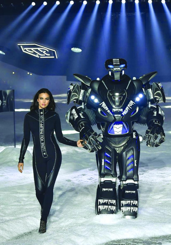 Irina Shayk trên sàn diễn thời trang cùng robot tại show Phillip Plein