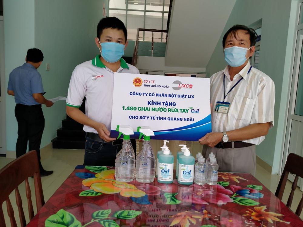 Đại diện On1 trao tặng 1.480 chai sản phẩm (bao gồm gel rửa tay khô, nước rửa tay, dung dịch rửa tay khô) cho Sở Y tế Quảng Ngãi sáng ngày 29/7