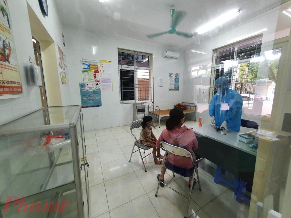 Với các trường hợp đến khai báo có biểu hiện bệnh sẽ được đưa vào phòng cách ly để thăm khám theo đúng quy trình.