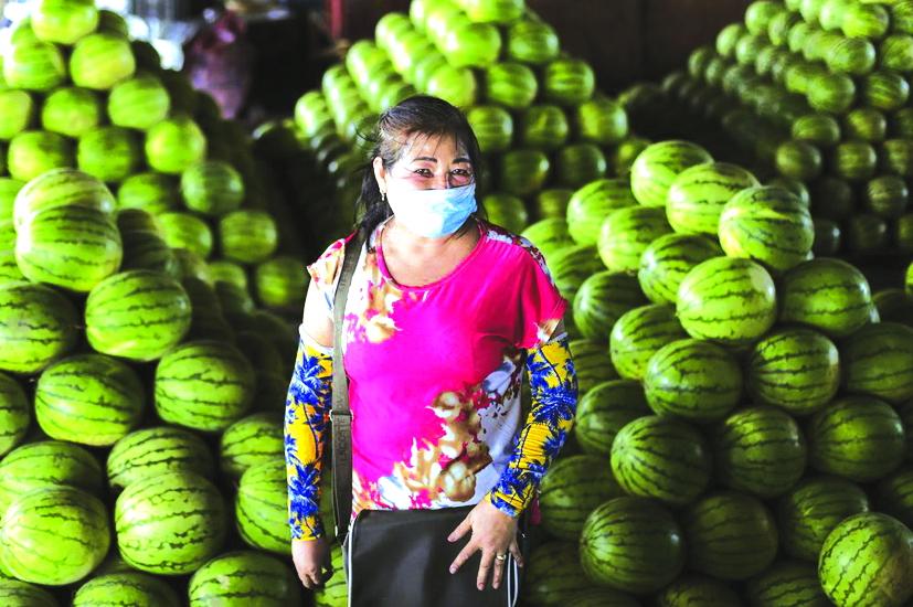 Người bán trái cây 62 tuổi Peda Tuazon luôn thuyết phục mọi người đeo khẩu trang để ngăn ngừa sự lây lan của COVID-19 - Ảnh: AP