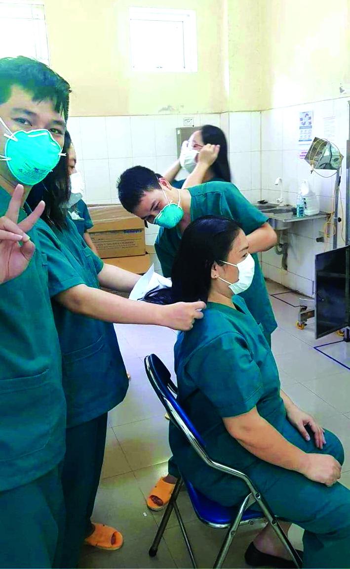 Các nữ bác sĩ Đà Nẵng xuống tóc để bước vào trận chiến mới