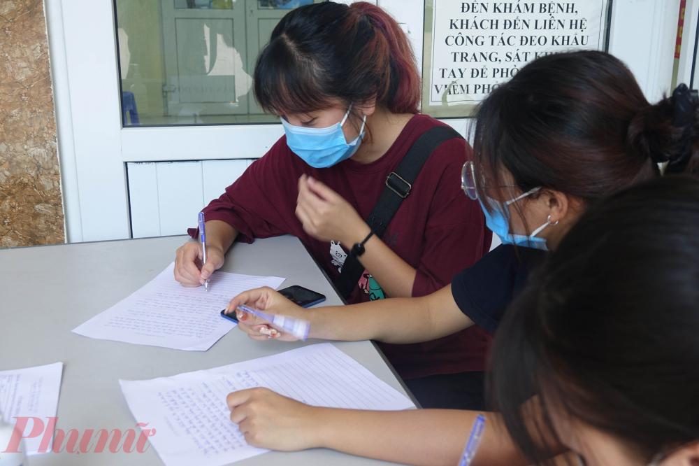 Nhiều bạn trẻ từng đi Đà Nẵng trong nhiều ngày qua đã chủ động đến khai báo lịch trình và tình trạng sức khỏe.