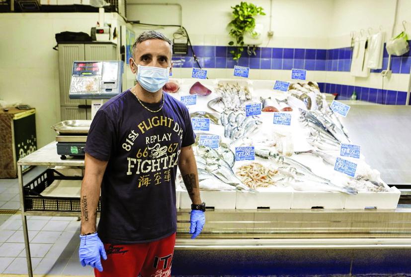"""Người bán cá Sante De Luca nói: """"Mọi người phải đeo khẩu trang! Đó không còn là sự lựa chọn cá nhân mà là sự tôn trọng người khác""""  - Ảnh: AP"""