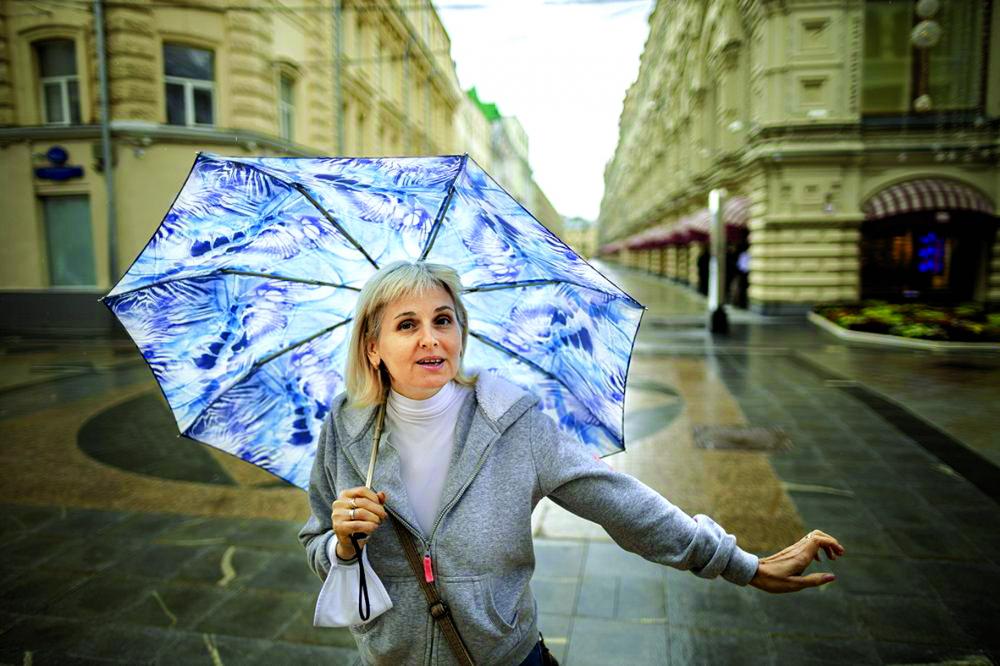 """Tatyana Khrupina từ Moscow, Nga nói rằng cô """"không thực sự tin"""" vào độ hiệu quả của khẩu trang - Ảnh: AP"""