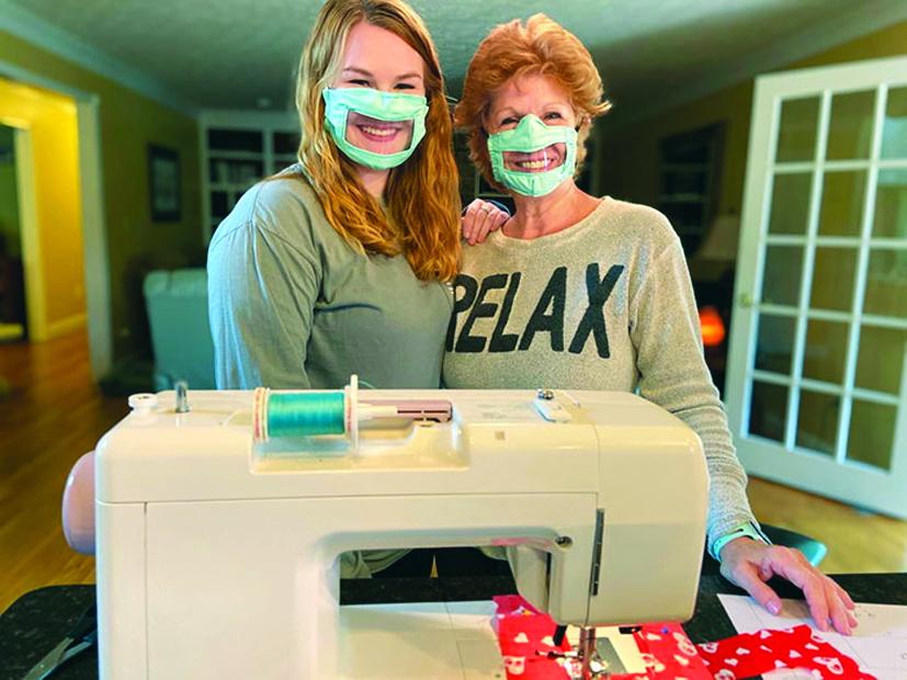 Ashley Lawrence và mẹ cô đã làm những chiếc khẩu trang đặc biệt dành riêng cho người khiếm thính