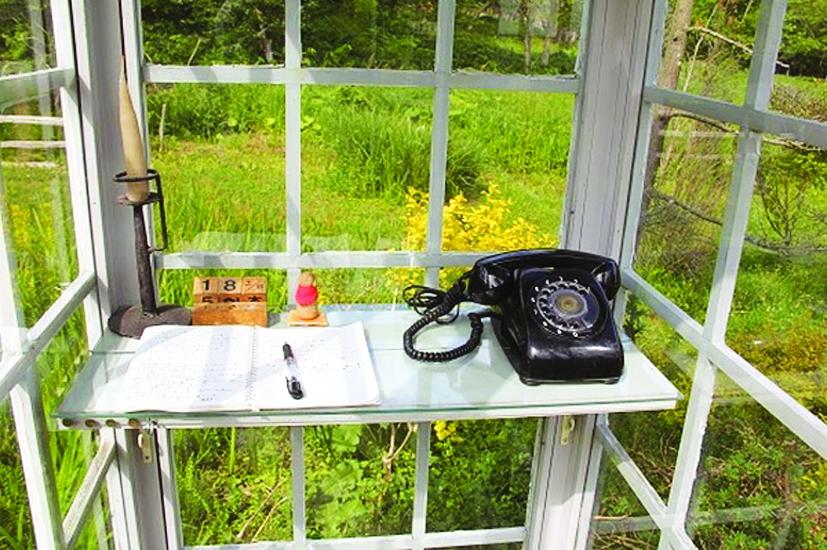 Bên trong buồng điện thoại còn có quyển sổ tay để ghi lại những dòng nhắn gửi đầy cảm xúc của người ở lại