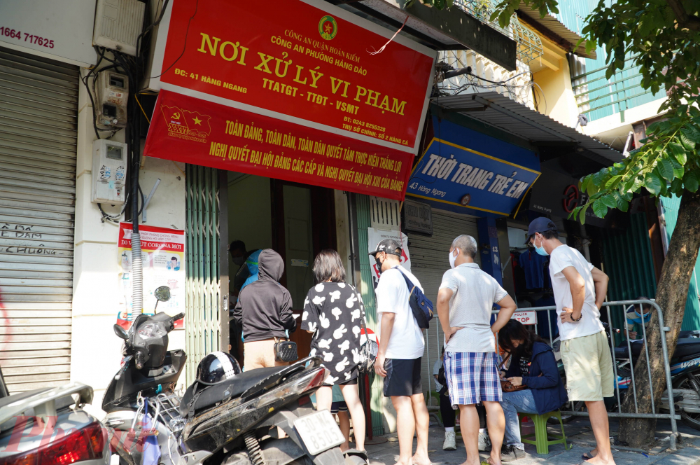 Từ chiều hôm nay (30/7) cho đến hết ngày 1/8, Hà Nội bắt đầu triển khai xét nghiệm nhanh COVID-19 cho toàn bộ người dân trở về từ Đà Nẵng trên toàn bộ các quận huyện. tại các trạm y tế trên địa bàn. Để đảm bảo cho việc rà soát,  Khổng Minh Tuấn thông tin, CDC Hà Nội đã chuyển khoảng 21.000 test xét nghiệm nhanh SARS-CoV-2 cho 30 quận, huyện, thị xã để triển khai xét nghiệm nhanh cho người dân Thủ đô trở về từ Đà Nẵng.