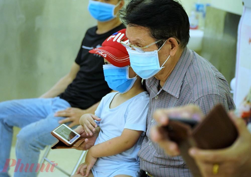 Nhiều em nhỏ cũng được người thân đưa đến trạm y tế.