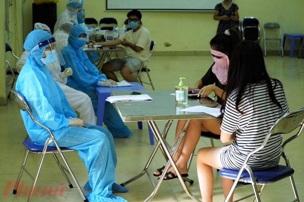 Nhân viên y tế sẽ hướng dẫn người dân khai báo trước khi tiến hành lấy máu để làm xét nghiệm.