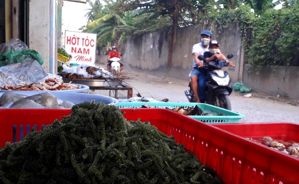 Rong nho đổ đống bán với giá bình dân trên đường TL 27, phường Thạnh Lộc, quận 12, TP HCM.