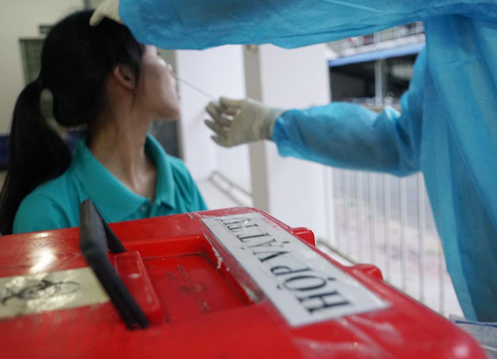 Nhân viên y tế đang lấy mẫu xét nghiệm tại khu nhà ở công nhân.