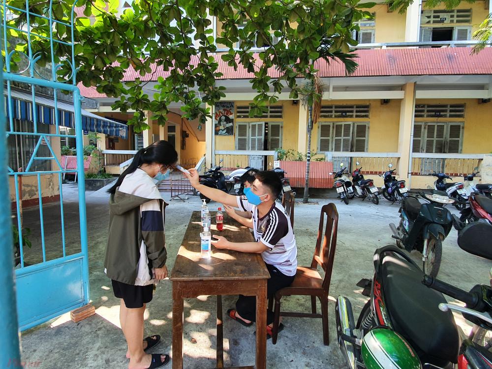 KTX Trường ĐH Sư phạm kỹ thuật siết chặt sinh viên ra vào những ngày đầu xuất hiện dịch