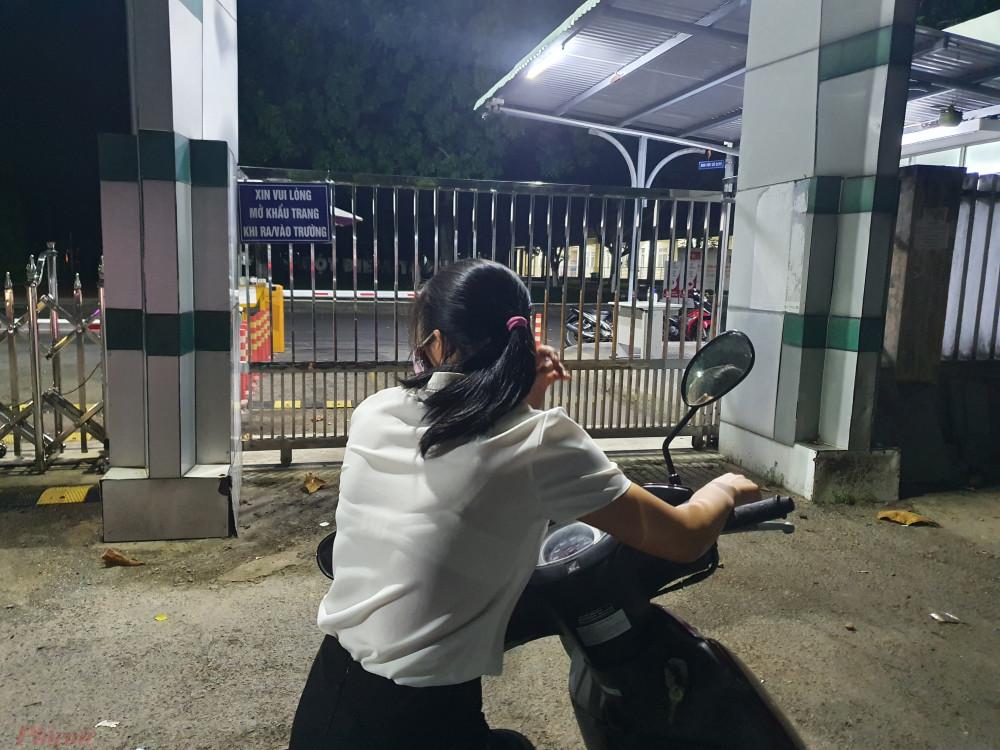 Lo lắng cho chồng chăm con trong trường, chị Hương thở dài quay xe đi tìm chổ nghỉ ngơi để mai tiếp tục đi làm