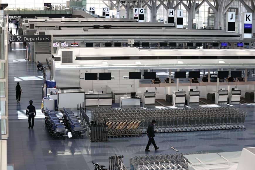 Cảnh vắng vẻ ở sân bay Haneda ở Tokyo hồi tháng trước. Ảnh: The Japan Times