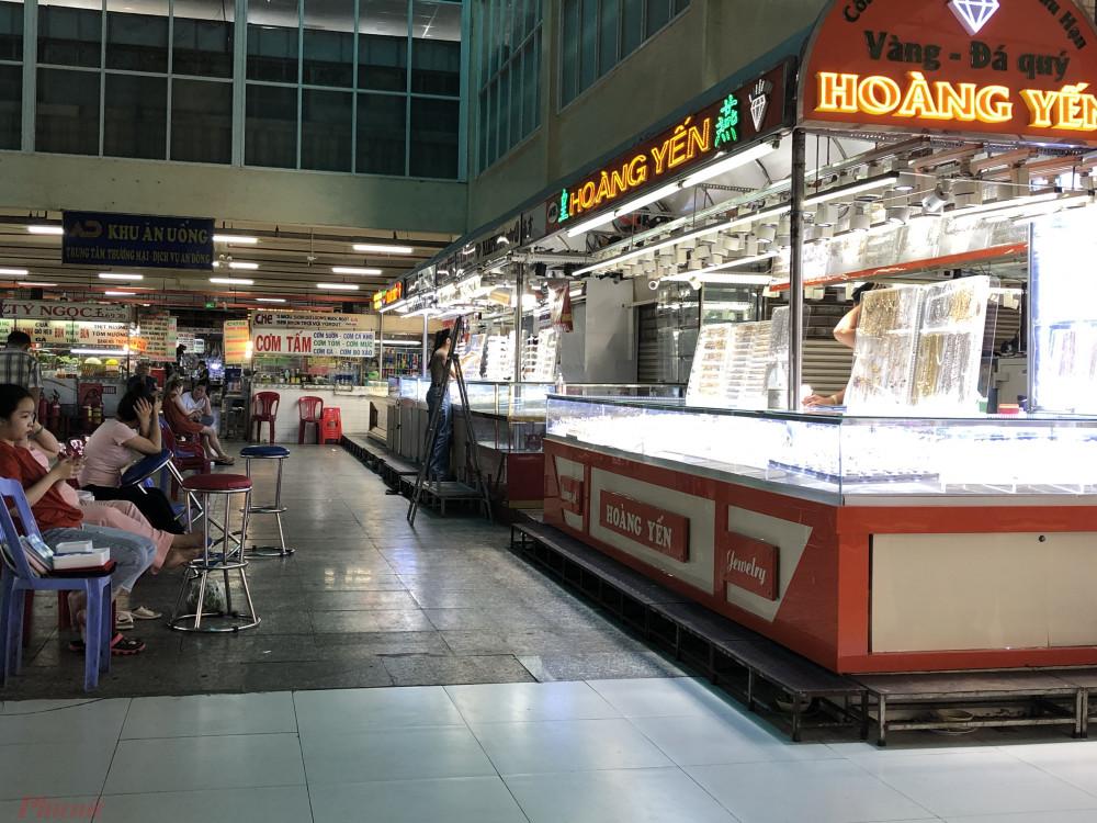 Nhân viên các doanh nghiệp kinh doanh vàng tại chợ An Đông ngồi chơi vì không có khách
