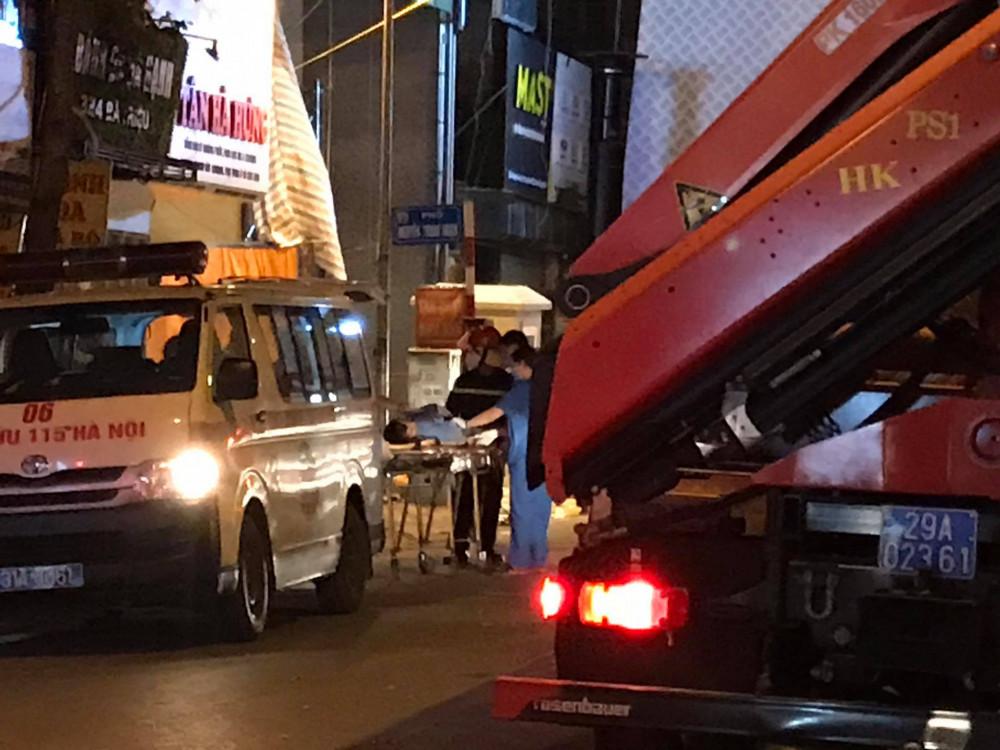 Một nạn nhân được xe cấp cứu đưa đi.