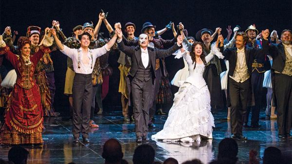 Trong suốt 34 năm qua, vở Bóng ma trong nhà hát được diễn liên tục tục các nhà hát thuộc khu West End. Theo thống kê, tại khu này hiện có hơn 45 nhà hát cùng hoạt động.